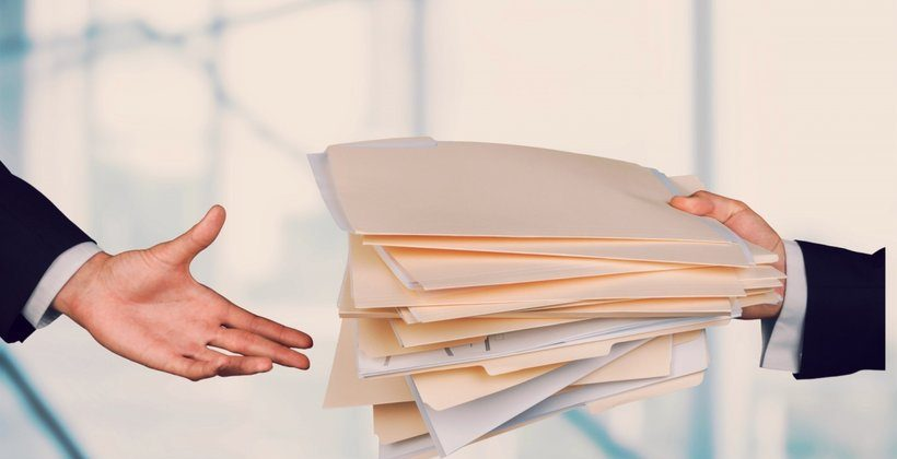 dokumenty-podawane-z-rak-do-rak-338811-article